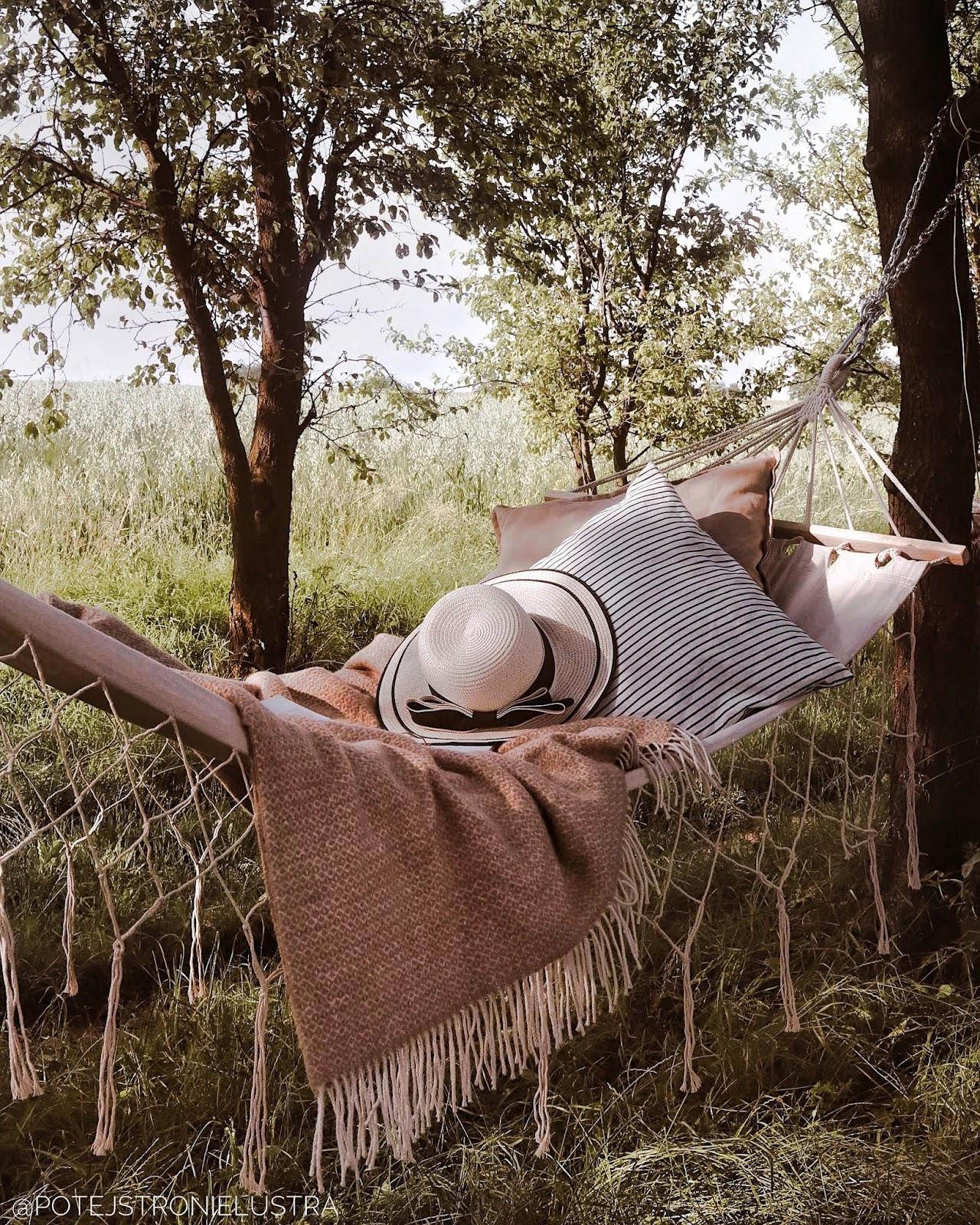 hamak jysk z kocem i poduszkami