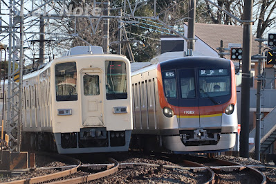 8000系とすれ違う17000系訓練列車