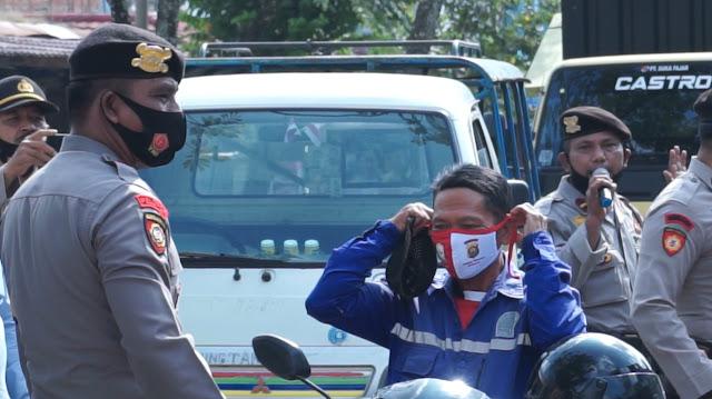 Cegah Penyebaran Covid-19, Satlantas Polres Merangin dan Sat Sabhara Polres Merangin Bagikan Masker ke Pengguna Jalan