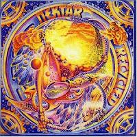 El LP Recycled de 1975 del grupo progresivo Nektar en el participó Larry Fast