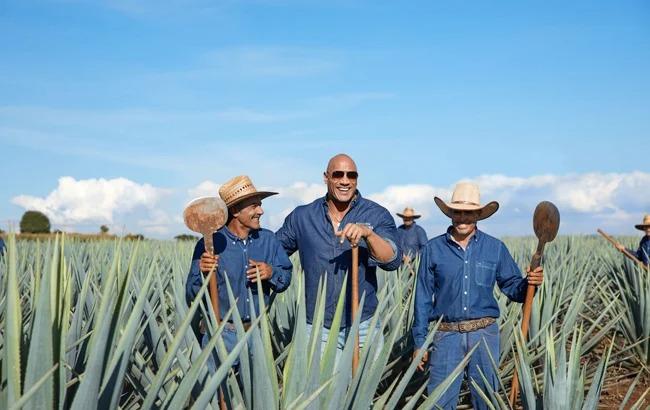 Dwayne Johnson acepta el reto de beber tequila sin hacer caras y se toma media botella