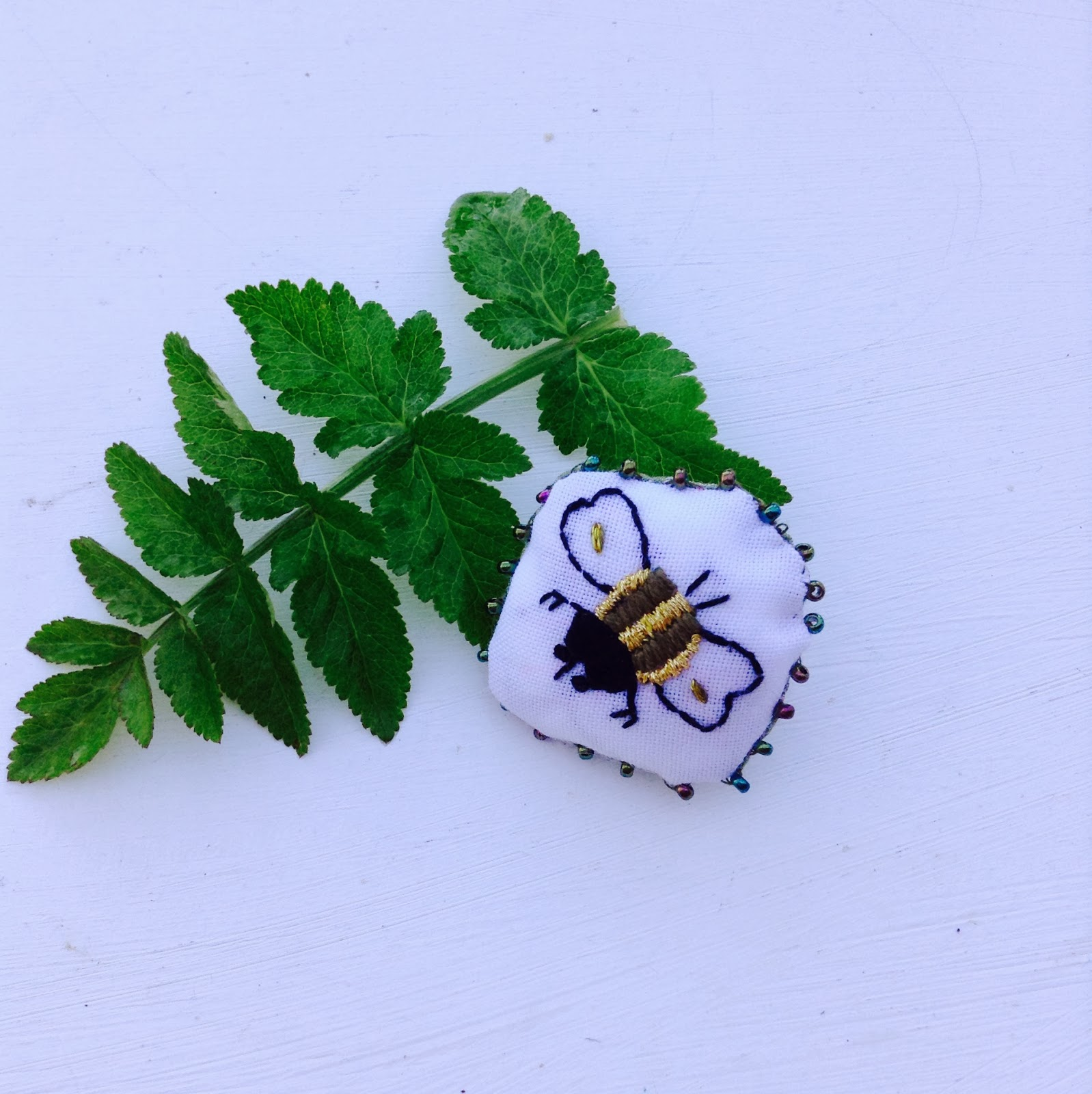 broche broderie insecte