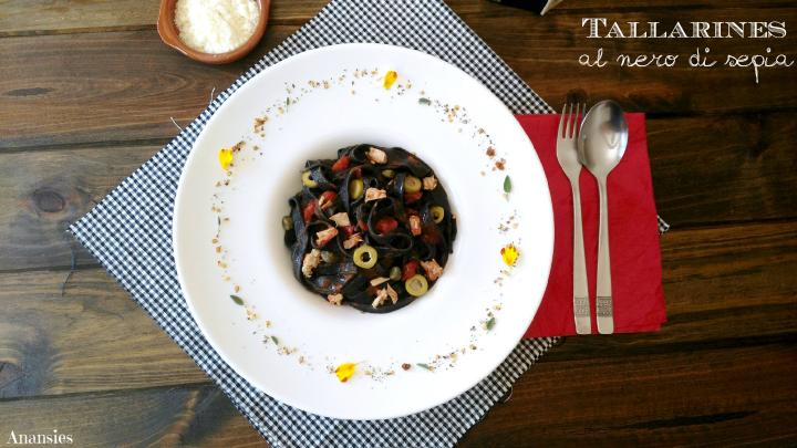 Tallarines al nero di sepia con bonito, aceitunas y alcaparras