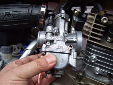 XR100モタードに取り付けているPWK28キャブレター。取付けた状態ではチョークを引くのがとっても大変