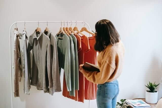 jak sprzedać ubrania, ubrania na wieszaku