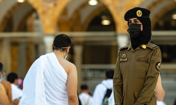 Photo of Female Security Officer in Haram Sharif Makkah Goes Viral