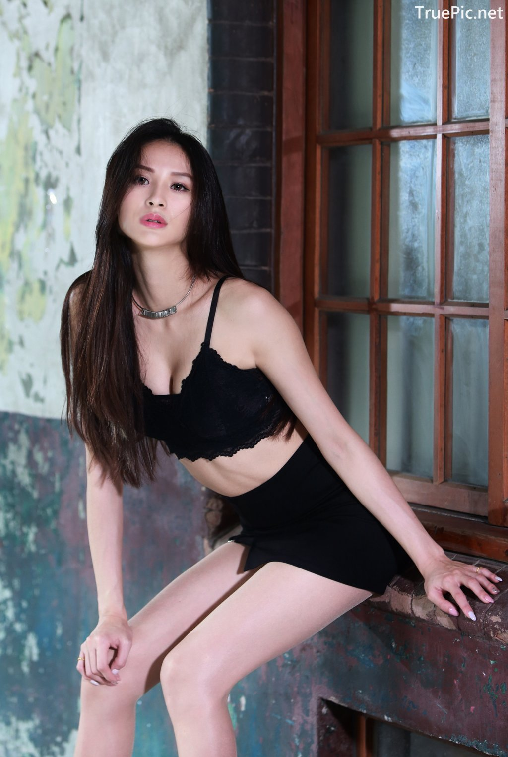 Image-Taiwanese-Beautiful-Long-Legs-Girl-雪岑Lola-Black-Sexy-Short-Pants-and-Crop-Top-Outfit-TruePic.net- Picture-35