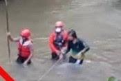 VIRAL Wanita Misterius Terekam saat Pencarian Korban di Sungai