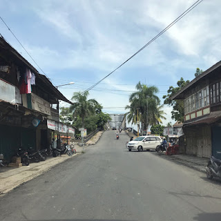 Ruas Jalan Kota Kayuagung yang rusak akibat dilalui kendaraan berat proyek tol kini mulus kembali