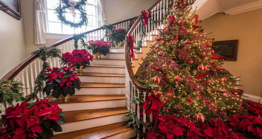 decoración de escalera en navidad