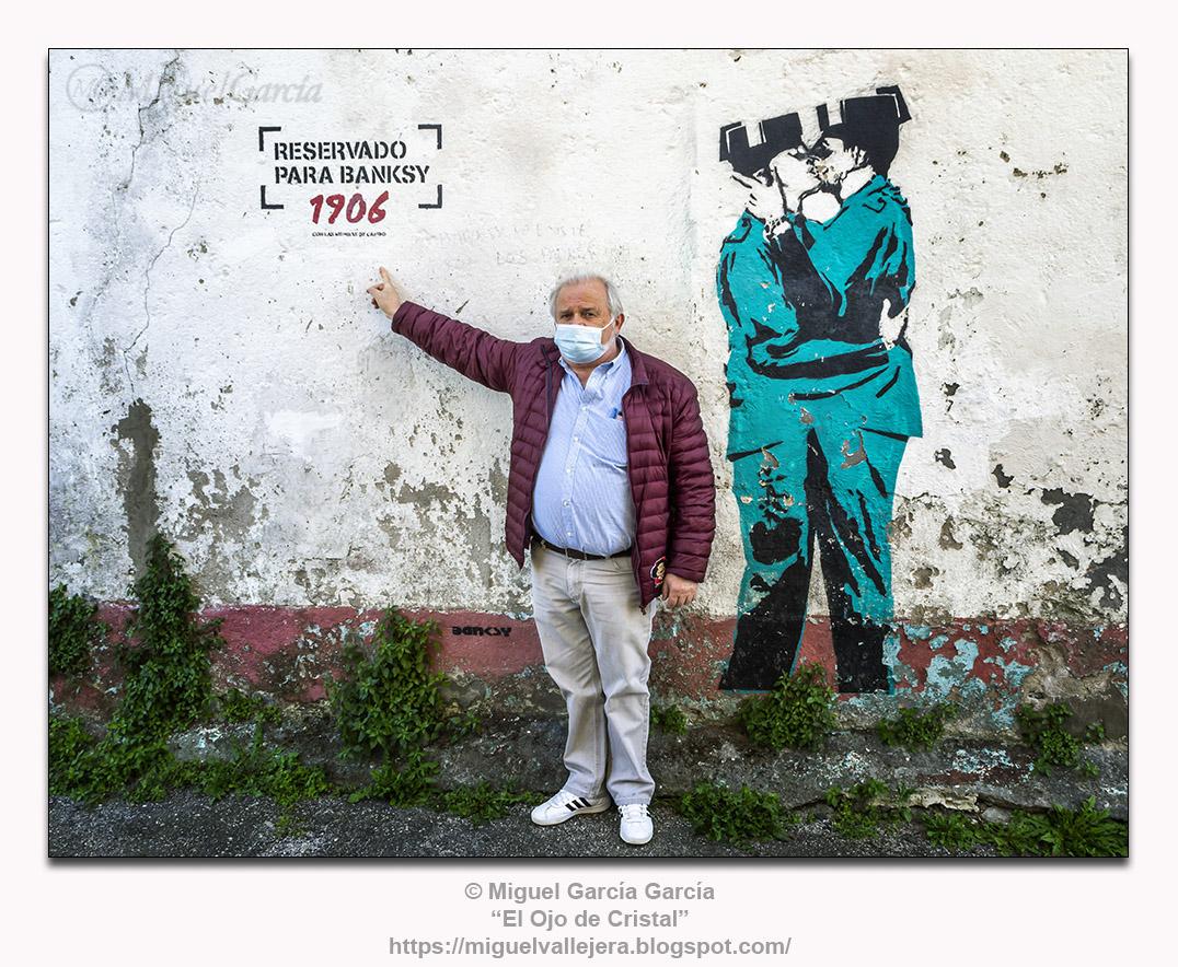Barrio de Canido, Ferrol. Las Meninas de Canido. Banksy, guardias civiles besándose.