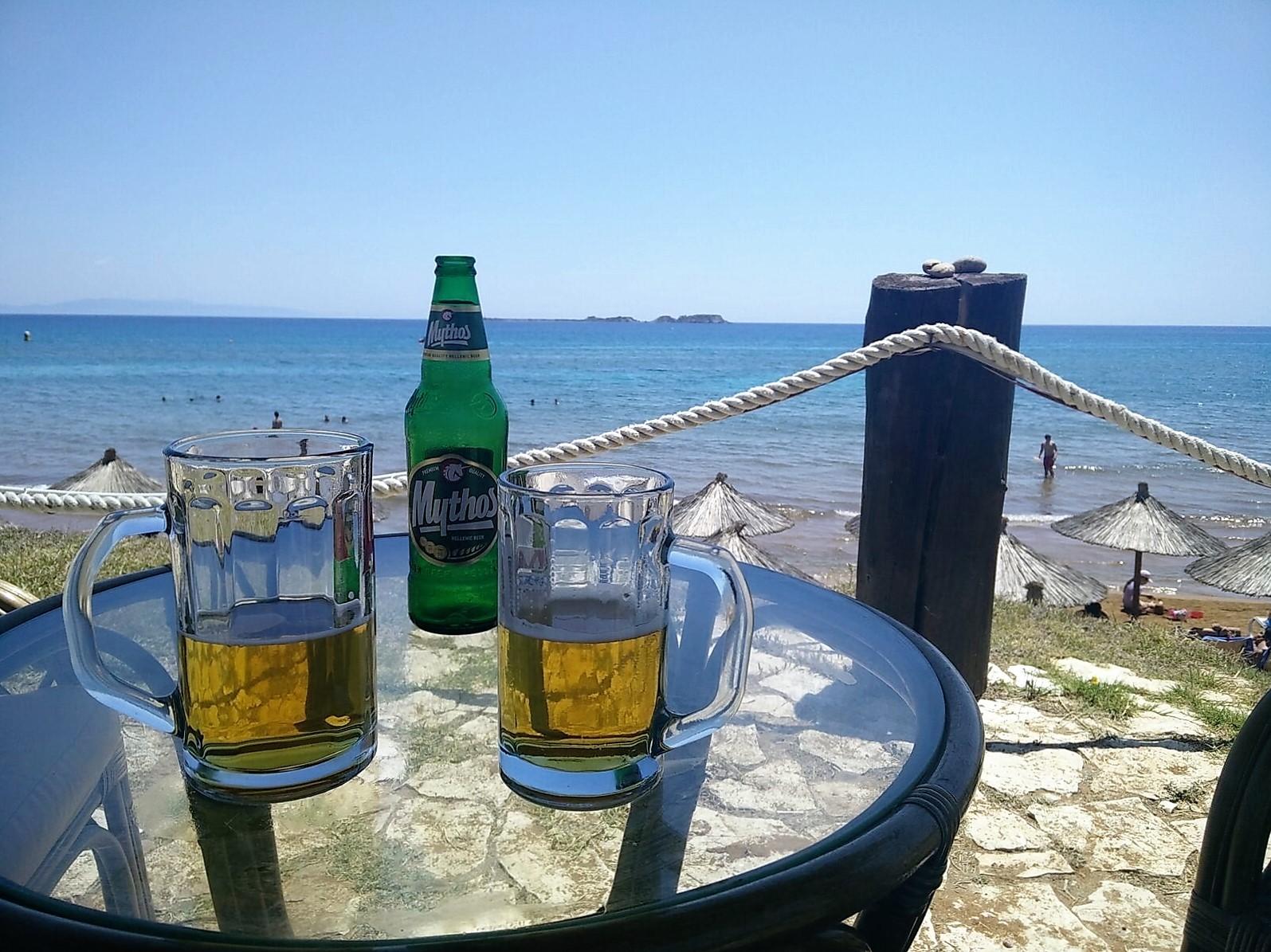 Mythos bier met uitzicht op zee