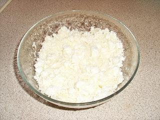 Κούπα με τριμένη φέτα και άλλο τυρί