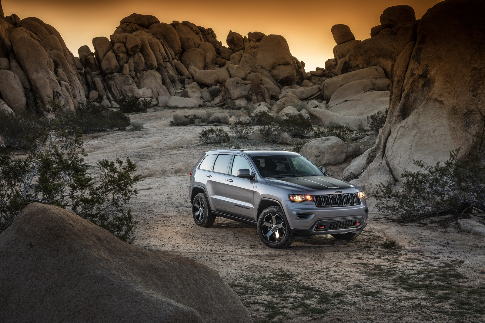 new trailhawk is the most off road capable jeep grand cherokee 30 pics video carscoops. Black Bedroom Furniture Sets. Home Design Ideas