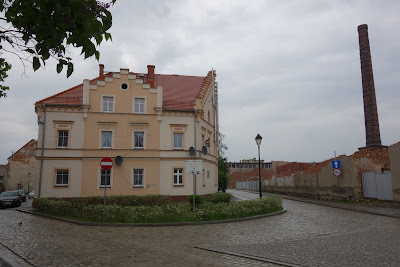 Odnowiona kamienica i pozostałości zabudowy przemysłowej, ulica Młynarska