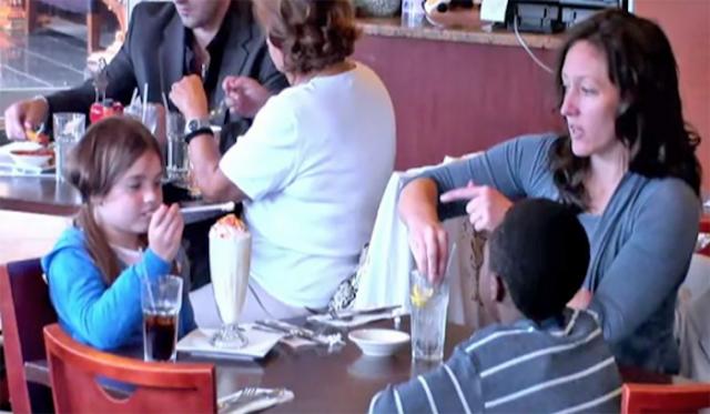 Παρήγγειλε μόνο για την Κόρη της να φάει, ενώ άφησε τον Ανάδοχο Γιο της να Βλέπει. Δείτε τις Αντιδράσεις του Κόσμου