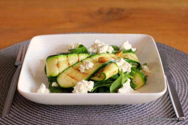 Zucchini-Spinat-Salat mit Erdnüssen und Ricotta