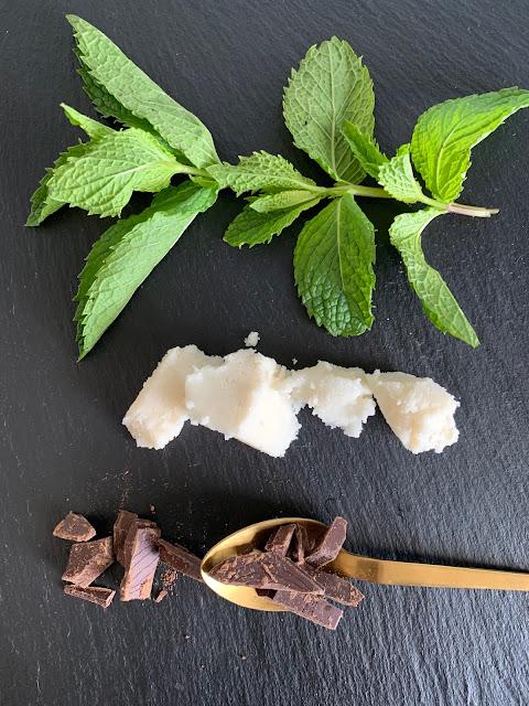 Kokos-Minz-Pralinen, Rezept, glutenfrei, vegan, schnell, einfach, Sommer, Sommernachspeise, Nachtisch, Dessert, Tropicai, Kokosmus, Kokosnuss, Schokolade, Minze, Naschen