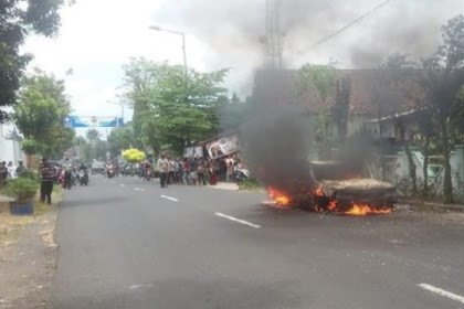 Sebuah sedan terbakar di Jember saat di gunakan pergi memancing
