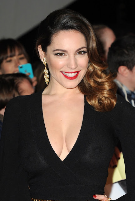 Kelly brook Curvaceous busty model coming with Bra less Awkward moments