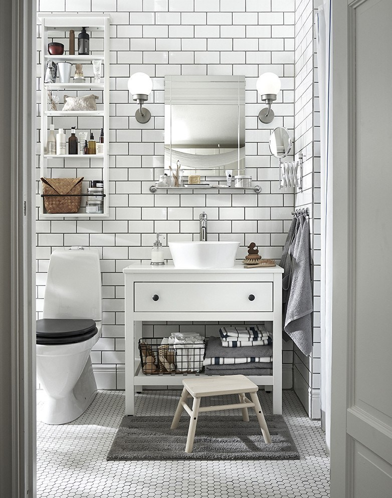 Novedades catálogo Ikea 2020 baño mueble blanco con taburete madera natural