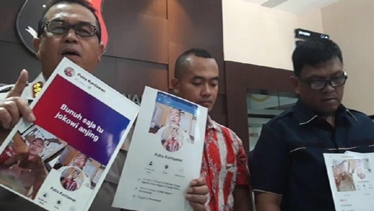 Ditangkap Polisi, Guru Honorer yang Posting Ancaman Bunuh Saja Jokowi Tertunduk Lesu
