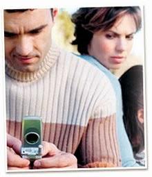 Apa Perasaan Anda Apabila Lihat Suami Asyik Main Handphone