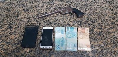 Bandidos assaltam caminhoneiro com arma artesanal e são presos