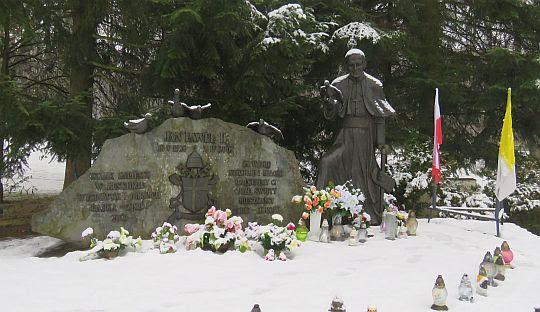 Pomnik Jana Pawła II w Parku Zdrojowym.