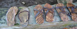 Unardi, salah satu pelopor kerajinan sandal tempurung kelapa mengungkap, Inspirasinya berawal saat melihat potongan sisa tempurung yang sudah dibuat menjadi berbagai macam kerajinan. Daripada potongan tempurung kecil-kecil tidak dipakai, lantas dimanfaatkan dengan cara dirangkai secara vertical dan direkatkan dengan lem.