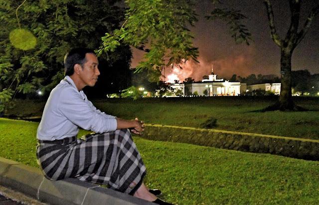 Foto Presiden Indonesia, Joko Widodo Berkain Pelikat Sambut Tahun Baru Viral