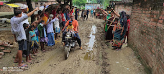 सड़क खोदकर छोड़ दी गई, आक्रोशित ग्रामीणों ने किया प्रदर्शन | #NayaSaberaNetwork