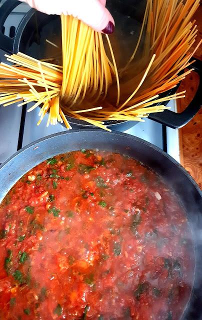 spaghetti al pomodoro, spaghetti z pomidorami,sos pomidorowy,kuchni włoska,cucina italiana, pasta con pomodoro,z kuchni do kuchni,najlepszy blog kulinarny,
