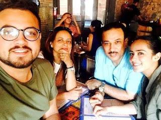 Foto Priya Tandon dengan Keluarganya