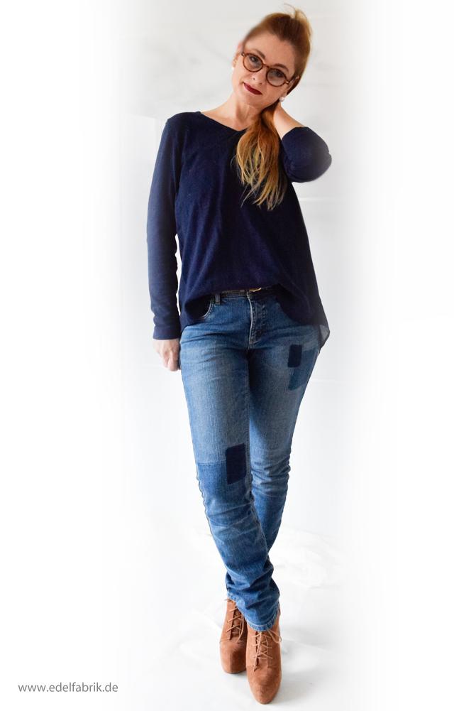 Jeans und dunkelblauer Pullover aus der Helene Fischer Kollektion von Tchibo, die Edelfabrik