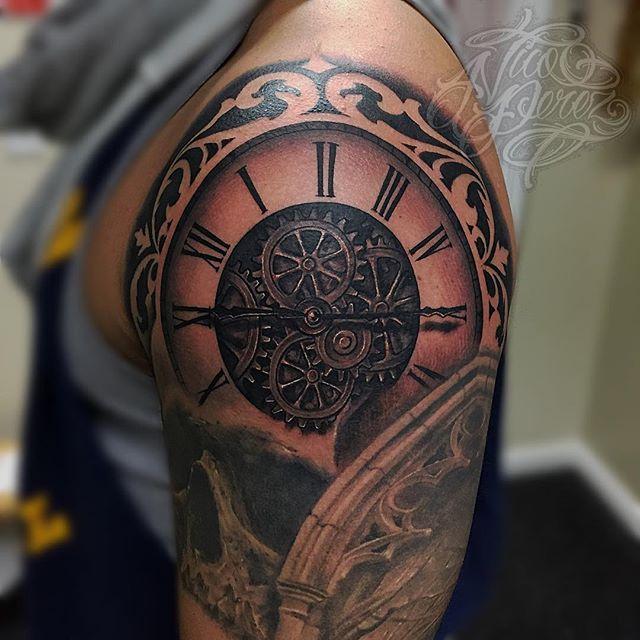 tatuaje en el hombro de reloj para hombre