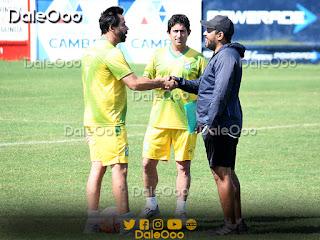 """Pablo """"vitamina"""" Sánchez y Gabriel Ramírez se saludan antes del partido amistoso entre Oriente Petrolero y Ferroviario - DaleOoo"""