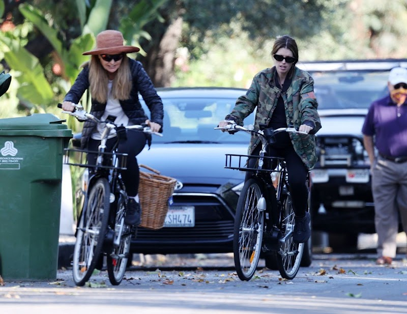 Maria Shriver And Pregnant Katherine Schwarzenegger Out Riding Bikes in Los Angeles 13 Jun -2020