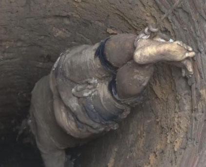 Jenazah korban saat diangkat dari dalam sumur.