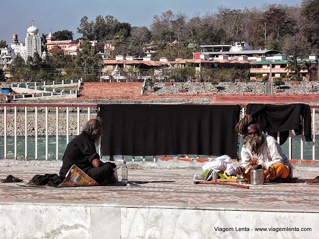 Cenas humanas em Rishikeshi e o Ganges ao fundo