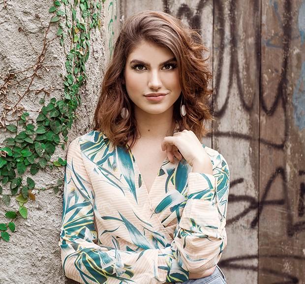 A atriz Giovanna Grigio vive a personagem Samanta, vocalista da banda Lagostin