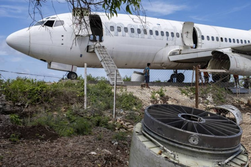 An outdated Boeing 737 lands in Bali to attract tourists A Boeing aircraft was placed out of service on a cliff in the southern coast of Bali with the aim of attracting visitors to this Indonesian island, which, due to the epidemic, no longer attracts large numbers of tourists as it used to.