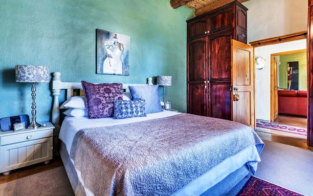 Interior kamar tidur dengan warna dingin