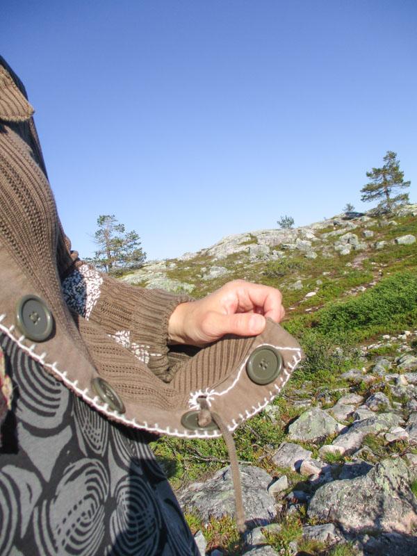 Ikuisen neuletakin nappilista, taustalla näkyy Särkitunturin maisemaa