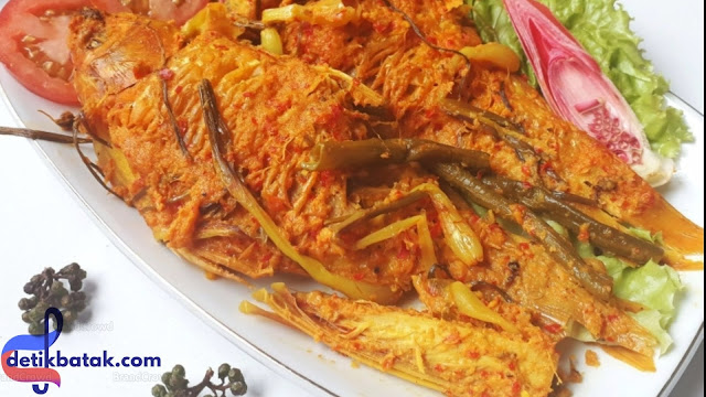 DETIKBATAK.COM(28/12/19)Inilah Rempah Rahasia Kelezatan Ikan Mas Arsik Masakan Khas Batak.Masakan Khas Batak Seperti Ikan Mas Arsik yang Sangat Memiliki kelezatan Yang Super,serta cita rasa yang sangat lengket di lidah karena Pengaruh dari rempah alam yang di olah menjadi Resep masakan.    Ikan Mas Arsik Tentunya sangat mudah kita temukan di daerah asalnya Yaitu Medan,Sumatera Utara Indonesia,Bahan-Bahan Pembuatan Ikan Mas Arsik ini sangatlah mudah yang perlu kita sediakan adalah Ikan Mas Segar dan Rempah Alam Khas Tanah Batak Seperti yang akan kami cantumkan di bawah ini.    Resep Khas Masakan Batak ini tentunya dipakai juga dalam pembuatan makanan Sak-sak,maupun napinadar,Na niura.dll.    Bagi kamu-kamu yang sudah pernah menikmati makanan kuliner khas Batak tentu pasti memiliki pengalaman yang berbeda beda bagi setiap orang yang menikmatinya.    Namun tidak sedikit orang yang menikmatinya menjadi kepincut habis, atau malah ketagihan,akan makanan khas Batak.Salah satu alasan dari sekian banyak orang yaitu menemukan rasa yang khas atau rasa tersendiri yang tidak di miliki oleh masakan kuliner lainya.    Sebut saja salah satu contohnya Arsik,Saksang(khusus Kaum Nasrani),sayur daun singkong yang di tumbuk halus,Ayam Napinadar,dan lain lain.pengaruh dari rempah alam ini yang di olah jadi resep masakan akan menimbulkan rasa tersendiri di lidah kita ketika sedang memakan atau menikmati makanan khas dari Tanah Batak ini.    Dewasa ini banyak yang bertaya-tanya Apa sih ramuan bumbu yang di pake oleh orang batak?kok secara nyata rasa bedanya sangat bisa di bedakan dengan rasa masakan lain?    Nah,dari pada bingung dan bertanya-tanya sendiri ?Detikbatak.com akan merangkumnya Rempah Rahasia Kelezatan Ikan Mas Arsik Masakan Khas Batak    1.Andaliman Andaliman , lada sichuan , Szechuan pepper , atau Szechuan lada , adalah yang biasa digunakan bumbu dalam masakan cina . Hal ini berasal dari setidaknya dua spesies dari genus global yang  zanthoxylum , termasuk z.simulans dan z.bu