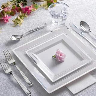 műanyag evőeszközök, tányérok és tálcák