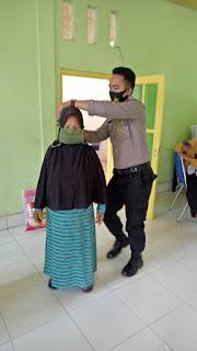 Ciptakan Masyarakat Patuh Protokol Kesehatan, Bhabinkamtibmas Polsek Curio Berikan Masker