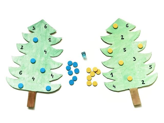 plansze do gry w kształcie choinek z liczbami w zakresie od 1 do 6 oraz kostka i żetony w dwóch kolorach