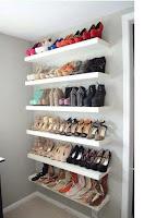 ideas para organizar el calzado en estanterias del vestidor