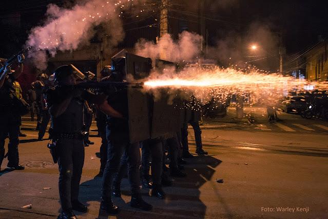Faíscas saem de arma disparada por policial durante manifestação popular em 7 de junho em São Paulo